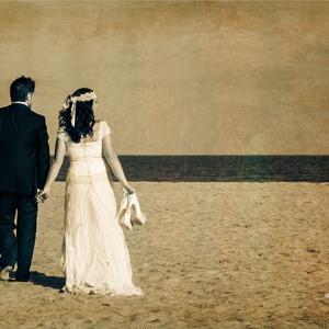 postboda lorena y fede 263 - Fotografía de boda, la imagen representa a los novios andando por la arena de la playa cogidos de la mano. Fotógrafo de boda en Valencia Toni Balanzà.