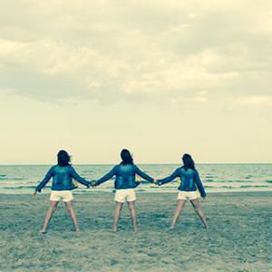 Reportaje de primera comunionTrillizas - Reportaje de la primera comunión a trillizas, Isabella, Dalia y Rosi. Fotografía en la playa.
