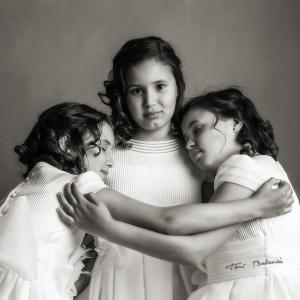 Reportaje de primera comunionTrillizas - Reportaje de la primera comunión a trillizas, Isabella, Dalia y Rosi. Fotografía realizada en mi estudio fotográfico de Valencia.