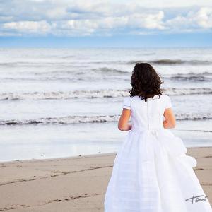 Reportaje de postcomunión en exterior anna - Reportaje postcomunión de la primera comunión. Fotografía en la playa realizada por el fotógrafo de comuniones de Valencia Toni Balanzà.