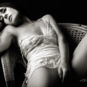 nude art in black and white caricias de mujer - Sesión fotografía de desnudo artístico en estudio fotográfico. Foto sexy y sensual de una mujer realizada por el fotógrafo de desnudo Toni Balanzà en su estudio de Valencia.