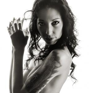 Retrato boudoir sesión erótica blanco y negro - Sesión fotográfica de desnudo artístico en blanco y negro.Fotografía de boudoir y lencería. Mujer bella en blanco y negro. Nude black and white.
