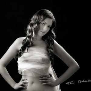 desnudo artístico en blanco y negro con tul de novia erótico - Fotografía de una novia vestida únicamente con un tul, en una imagen muy sensual, llena de erotismo y motbo.