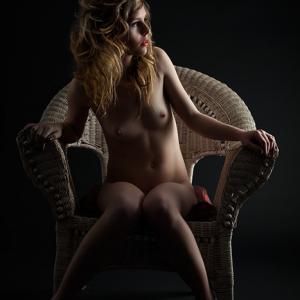 chica joven sentada desnuda nude art  - Imagen de una chica joven sentada desnuda. Nude art photo by Toni Balanzà.