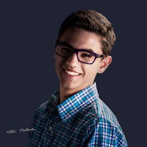 andres chico con gafas graduadas - Colección de retratos para OPTICA BENIMAMET de la promoción, un retrato al comprarte unas gafas graduadas. Andrés chico con gafas, modelo con gafas graduadas y lentes antireflejantes de alta calidad.
