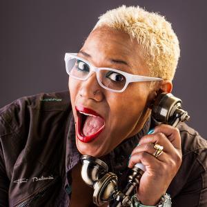 Yanetsis al teléfono con gafas graduadas -