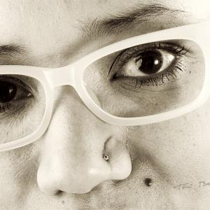 primerisimo primer plano chica con gafas - Retrato en primerísimo primer plano de chica con gafas graduadas, realizado para la promoción un retrato por la compra de unas gafas graduadas en OPTICA BENIMAMET.