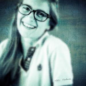 Teresa-con-sus-gafas-nuevas-de-OPTICA-BENIMAMET -