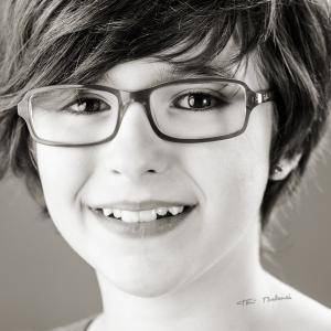 niña con gafas de optica benimamet - Retrato de niña con gafas de OPTICA BENIMAMET. Gafas graduadas de alta calidad en un retrato de Toni Balanzà.