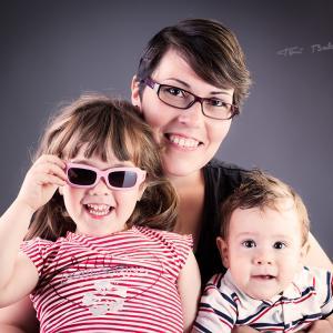 Vanessa y su hija con jafas de optica benimamet - Vanessa, amiga de OPTICA BENIMAMET con sus gafas nuevas, a la moda.