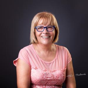 gafas de pasta graduadas azules - Gafas de pasta graduadas azules. Mujer con lentes progresivas. Promoción un retrato por la compra de gafas graduadas en OPTICA BENIMAMET de Valencia.