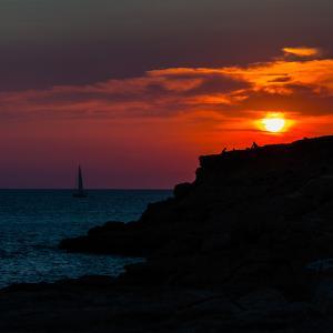 Atardecer en Sant Antoni de Portmany Ibiza - Sant Antoni de Portmany Eivissa - San Antonio de Portmany Ibiza. Atardecer desde Cap Blanc. Imagen de un velero surcando el Mar Mediterráneo en el atardecer. Las nuves que rodean al sol, son el cielo de Valencia.