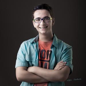 chico con gafas de colores en Valencia -