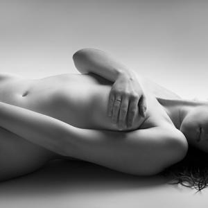 nude art black and white spain - nude art black and white spain - desnudo artístico en España. Toni Balanzà fotógrafo boudoir y retrato en blanco y negro.