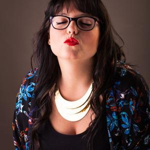 chica con labios rojos gafas graduadas -