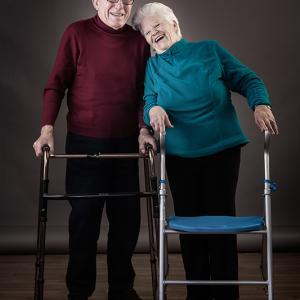gafas para la tercera edad - Sacra y Pepe, dos amigos de OPTICA BENIMAMET, que se han comprado unas gafas graduadas y disfrutan de la promoción, un retrato realizado por Toni Balanzà-Fotografía