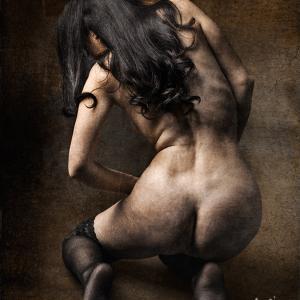 chica desnuda de espaldas agachada - Chica desnuda de espaldas agachada en una fotografía de desnudo artístico y sesión de fotos boudoir, con lencería femenina.