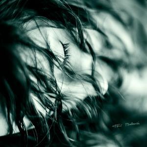 erotísmo en la mirada con los ojos cerrados - Retrato de Sheila con la mirada de ojos cerrados que lo dice todo. Imagen erótica y sensual de una chica joven en el estudio fotográfico. Sesión de fotos sexy.