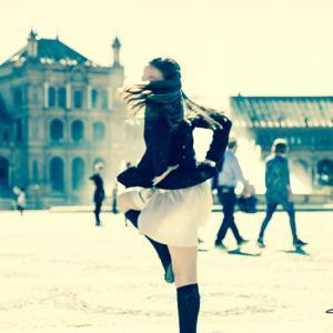 precomunión en sevilla plaza españa - Trabajo fotográfico realizado en Sevilla por fotógrafo de Valencia, Toni Balanzà. La fotografía corresponde a la precomunión. Niña bailando en la Plaza de España.