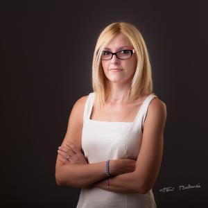 mujer gafas modernas graduadas - Mujer con gafas graduadas de alta calidad modernas. Gafas de pasta para llevar muy cómodas compradas en balanza.pro. Retrato de alta calidad realizado por Toni Balanzà - Fotografía.