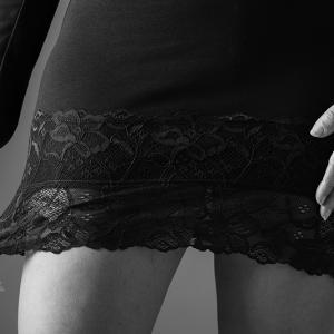 minifalda mujer sexy en blanco y negro -