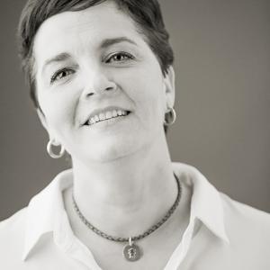 Marta Galvez profesora de patchwork - Retrato en blanco y negro de Marta Gálvez, profesora de patchwork en Valencia por el fotógrafo Toni Balanzà. Visita www.martagalvez.es.