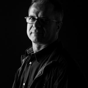 Miguel Ángel retrato con gafas - Retrato de Miguel Angel con sus gafas nuevas para OPTICA BENIMAMET. Es un retrato en blanco y negro realizado por el fotógrafo Toni Balanzà. Retrato en clave baja - low key photography